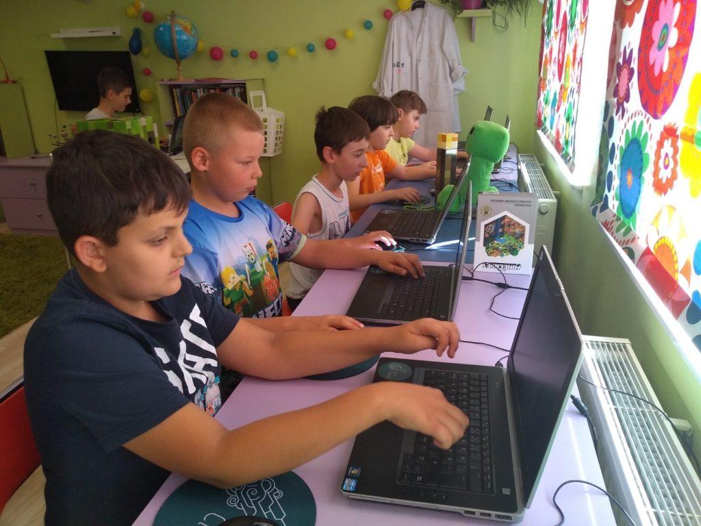 Dzieci przy komputerze na lekcjach pokazowych
