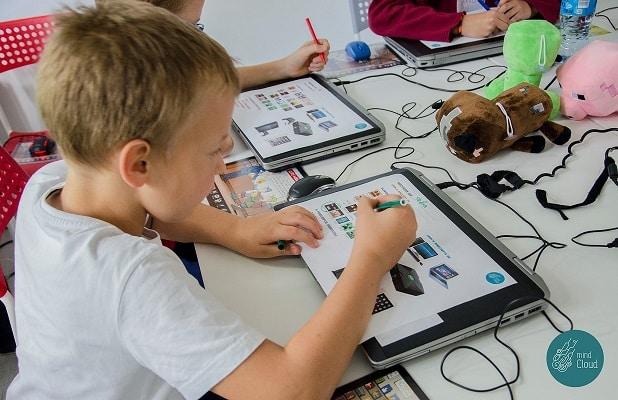 zdjecie dzieci rysuja na laptopie